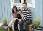 Sheela med en del av sin nya familj Jenny, Oscar och Mikael